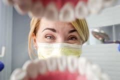 Οδοντίατρος πέρα από το ανοικτό υπομονετικό στόμα ` s που κοιτάζει στα δόντια Στοματική φροντίδα Ι στοκ εικόνα