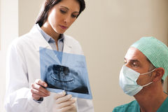 Οδοντίατρος που εξετάζει την ακτίνα X Στοκ φωτογραφίες με δικαίωμα ελεύθερης χρήσης