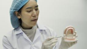 Οδοντίατρος που επιδεικνύει στη κάμερα πώς να χρησιμοποιήσει ένα εργαλείο φιλμ μικρού μήκους