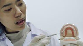 Οδοντίατρος που επιδεικνύει στη κάμερα πώς να χρησιμοποιήσει ένα εργαλείο απόθεμα βίντεο