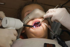 οδοντίατρος που επισκέ&pi Στοκ εικόνα με δικαίωμα ελεύθερης χρήσης