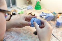 Οδοντίατρος που εργάζεται με την οδοντική φόρμα στην κλινική Στοκ εικόνες με δικαίωμα ελεύθερης χρήσης