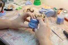Οδοντίατρος που εργάζεται με την οδοντική φόρμα στην κλινική Στοκ Εικόνες