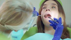 Οδοντίατρος που κάνει το δόντι ασθενών εγχύσεων αναισθητικού Ασθενής στην καρέκλα οδοντιάτρων απόθεμα βίντεο