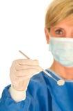 Οδοντίατρος που κρατά τον οδοντικό καθρέφτη Στοκ φωτογραφία με δικαίωμα ελεύθερης χρήσης