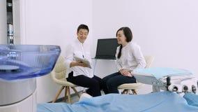 Οδοντίατρος που παρουσιάζει στον πελάτη την ακτίνα X στην ταμπλέτα του στο οδοντικό γραφείο φιλμ μικρού μήκους