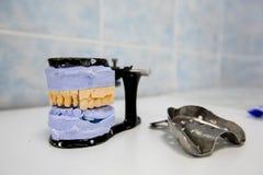 Οδοντικά εργαλεία χεριών, οδοντικός χυτός στοκ εικόνες με δικαίωμα ελεύθερης χρήσης