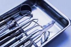 Οδοντικά όργανα χάλυβα, καθρέφτης, σε ένα μπλε υπόβαθρο Stomatol Στοκ Εικόνα