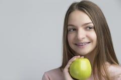 Οδοντικές έννοιες Πορτρέτο του ευτυχούς εφηβικού θηλυκού με τα στηρίγματα δοντιών Στοκ Εικόνα