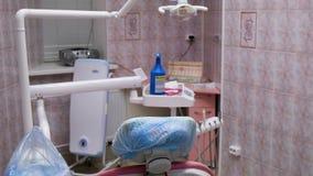 Οδοντικός εξοπλισμός στο γραφείο οδοντιάτρων ` s, σε αργή κίνηση Εργασιακός χώρος του οδοντιάτρου - πολυθρόνα και λαμπτήρας, μετα απόθεμα βίντεο