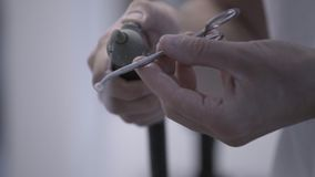 Οδοντικός τεχνικός που γυαλίζει τα τεχνητά κεραμικά δόντια που χρησιμοποιούν την αμμοστρωτική μηχανή συμπιεσμένου αέρα στο οδοντι απόθεμα βίντεο