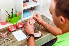 Οδοντικός τεχνικός που εργάζεται με τα τεχνητά μοσχεύματα στοκ φωτογραφίες