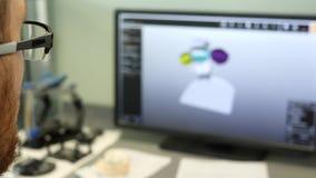 Οδοντικός τεχνικός που κάνει το πρότυπο σαγονιών υπολογιστών στο εργαστήριο, πλάγια όψη κινηματογραφήσεων σε πρώτο πλάνο φιλμ μικρού μήκους