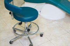 Οδοντικό εσωτερικό σχέδιο κλινικών με την καρέκλα και τα εργαλεία Στοκ Φωτογραφίες
