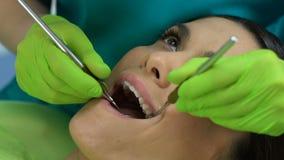 Οδοντικό practioner που ελέγχει τα δόντια που ψάχνουν τις τρύπες, καλή ποιότητα ικανοποιημένων γυναικών φιλμ μικρού μήκους