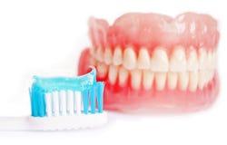 Οδοντοστοιχία και οδοντόκρεμα που απομονώνονται στο λευκό στοκ εικόνες