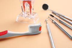 Οδοντόβουρτσα, οδοντικά όργανα και πλαστικό πρότυπο δοντιών Στοκ φωτογραφία με δικαίωμα ελεύθερης χρήσης