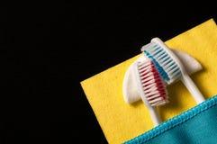 Οδοντόβουρτσες κάτω από ένα κάλυμμα, σε ένα μαύρο υπόβαθρο Στοκ Φωτογραφίες