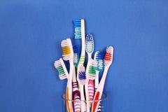 Οδοντόβουρτσες στο γυαλί στο μπλε υπόβαθρο Στοκ εικόνες με δικαίωμα ελεύθερης χρήσης