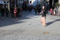 ΟΔΟΣ ARTISIST ΠΟΥ ΑΠΟΔΊΔΕΙ ΜΕ ΤΑ ΠΑΠΟΎΤΣΙΑ Στοκ εικόνα με δικαίωμα ελεύθερης χρήσης