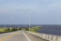 Οδός ακτών σε Apalachicola με τη γέφυρα στο νησί Στοκ φωτογραφία με δικαίωμα ελεύθερης χρήσης
