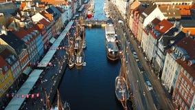 Οδός ηλιοβασιλέματος της πολυάσχολης Κοπεγχάγης, Δανία Περπάτημα, ανακύκλωση, κυκλοφορία αυτοκινήτων Λιμενικές κανάλι και ψυχαγωγ απόθεμα βίντεο