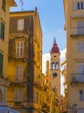 Οδός και ο πύργος κουδουνιών της εκκλησίας Αγίου Spyridon στην Κέρκυρα, Ελλάδα Στοκ Φωτογραφία