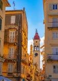Οδός και ο πύργος κουδουνιών της εκκλησίας Αγίου Spyridon στην Κέρκυρα, Ελλάδα στοκ εικόνα