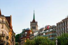 Οδός και πύργος του καθεδρικού ναού του ST Pierre της Γενεύης Ελβετία Στοκ Εικόνες