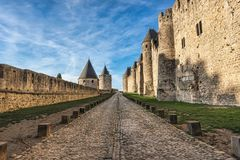 Οδός μεταξύ των τοίχων ενός παλαιού μεσαιωνικού κάστρου κάτω από το μπλε σκι στοκ εικόνες με δικαίωμα ελεύθερης χρήσης
