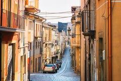 Οδός με τα παλαιά σπίτια σε Aidone Σικελία στοκ φωτογραφίες