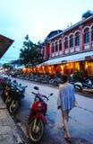 Οδός μπαρ, με πολλές εστιατόρια, καφετερίες, και το πλανόδιο πωλητή εδώ στοκ εικόνες με δικαίωμα ελεύθερης χρήσης