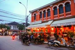 Οδός μπαρ, με πολλές εστιατόρια, καφετερίες, και το πλανόδιο πωλητή εδώ στοκ εικόνες