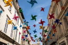 Οδός που διακοσμείται με τα ζωηρόχρωμα αστέρια σε Arles, Προβηγκία Γαλλία Στοκ φωτογραφίες με δικαίωμα ελεύθερης χρήσης