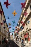 Οδός που διακοσμείται με τα ζωηρόχρωμα αστέρια σε Arles, Προβηγκία Γαλλία Στοκ Εικόνες
