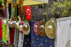 Οδός που κάνει εμπόριο στην πόλη Πώληση των καπέλων, εσάρπες στοκ εικόνες