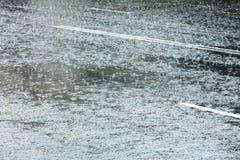 Οδός πόλεων που πλημμυρίζουν με το νερό κατά τη διάρκεια της δυνατής βροχής Στοκ φωτογραφίες με δικαίωμα ελεύθερης χρήσης