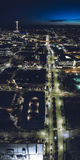 Οδός πόλεων του Σιάτλ τη νύχτα στο ψηλό αφηρημένο κάθετο πανόραμα Στοκ φωτογραφία με δικαίωμα ελεύθερης χρήσης