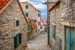 Οδός στο διασπασμένο ιστορικό κέντρο, Κροατία Όμορφο τετράγωνο της παλαιάς πόλης της διάσπασης στην Κροατία Παλαιά οδός πετρών τη στοκ εικόνες
