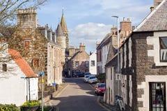 Οδός στο ιστορικό χωριό των Νησιών Φόλκλαντ στη Σκωτία, σπίτι του παλατιού των Νησιών Φόλκλαντ Αυτοκίνητα που σταθμεύουν κατά μήκ στοκ φωτογραφία