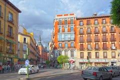 Οδός της Μαδρίτης στο στο κέντρο της πόλης της πόλης με τους τουρίστες και το π Στοκ Φωτογραφία