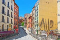 Οδός της Μαδρίτης στο στο κέντρο της πόλης της πόλης με τους τουρίστες και το π Στοκ Εικόνες