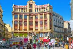 Οδός της Μαδρίτης στο στο κέντρο της πόλης της πόλης με τους τουρίστες και το π Στοκ εικόνες με δικαίωμα ελεύθερης χρήσης