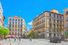 Οδός της Μαδρίτης στο στο κέντρο της πόλης της πόλης με τους τουρίστες και το π Στοκ Φωτογραφίες