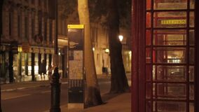 Οδός του Λονδίνου μέσα και έξω από την εστίαση τη νύχτα απόθεμα βίντεο