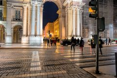 Οδός το βράδυ, τα καταστήματα Rua Αουγκούστα, τους τουρίστες, τους καφέδες και τα εστιατόρια υπαίθρια στοκ εικόνα