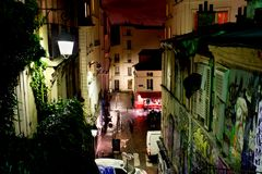 Οδός των ιστορικών γκράφιτι κτηρίων και σύγχρονης τέχνης σε Montmartre τή νύχτα 12 Οκτωβρίου, Στοκ Εικόνες