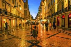 Οδός Baixa Λισσαβώνα αγορών περπατήματος βραδιού Rua Αουγκούστα καλλιτεχνών Στοκ εικόνα με δικαίωμα ελεύθερης χρήσης