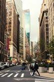 Οδός Broadway στο Μανχάταν ` s της περιφέρειας του κέντρου μέχρι του στις αρχές βραδιού, πόλη της Νέας Υόρκης, Ηνωμένες Πολιτείες στοκ φωτογραφία