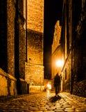Οδός Cobbled της παλαιάς πόλης με θολωμένη τη σκοτάδι σκιαγραφία του προσώπου Προκαλεί το Jack ο σκαριφιστήρας Στοκ φωτογραφία με δικαίωμα ελεύθερης χρήσης